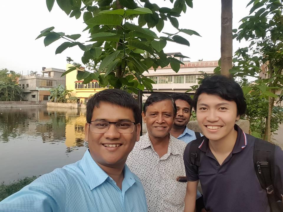 バングラデシュでの仲間と松原。左端がマヒン
