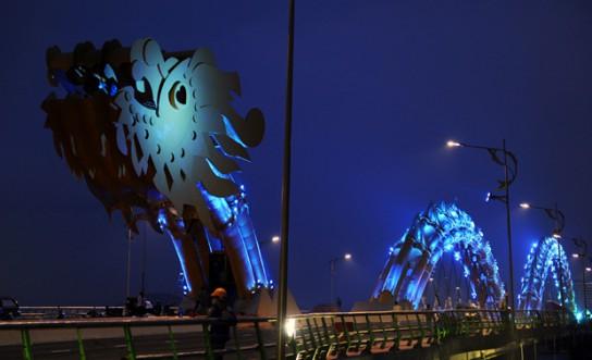 Dragon-Bridge-at-night