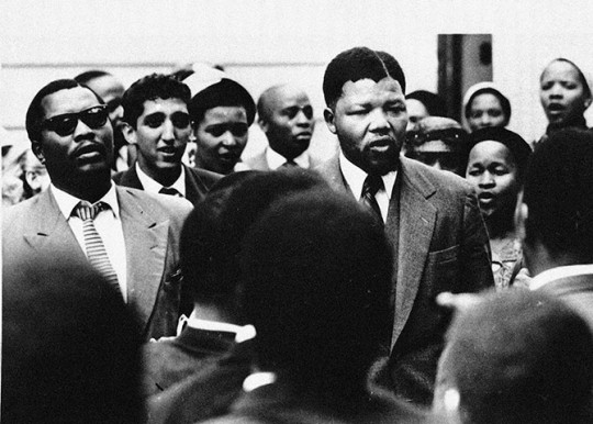 Mandela sings with supporters