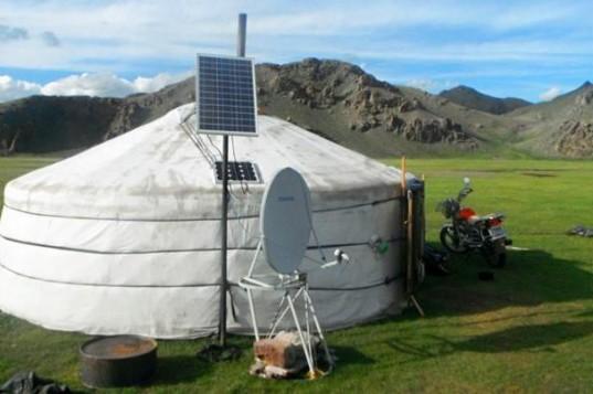 Mongolian-Ger-Solar-Panels2-537x357