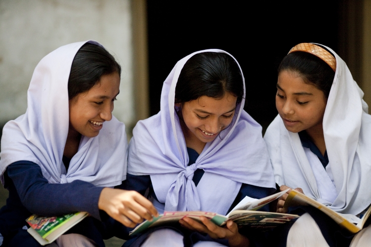 800_bangladesh_oldergirlsreading