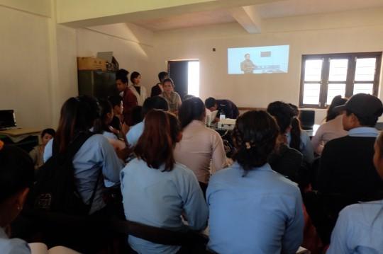 農村部パイロット校でのニバンダ先生の映像授業の様子