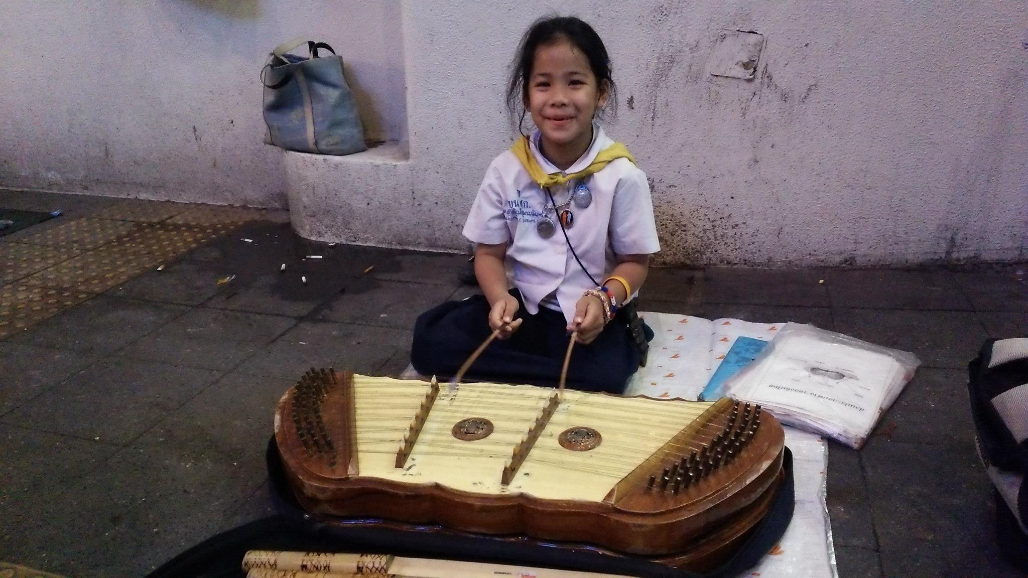 バンコクで出会った木琴で稼いでいる女の子