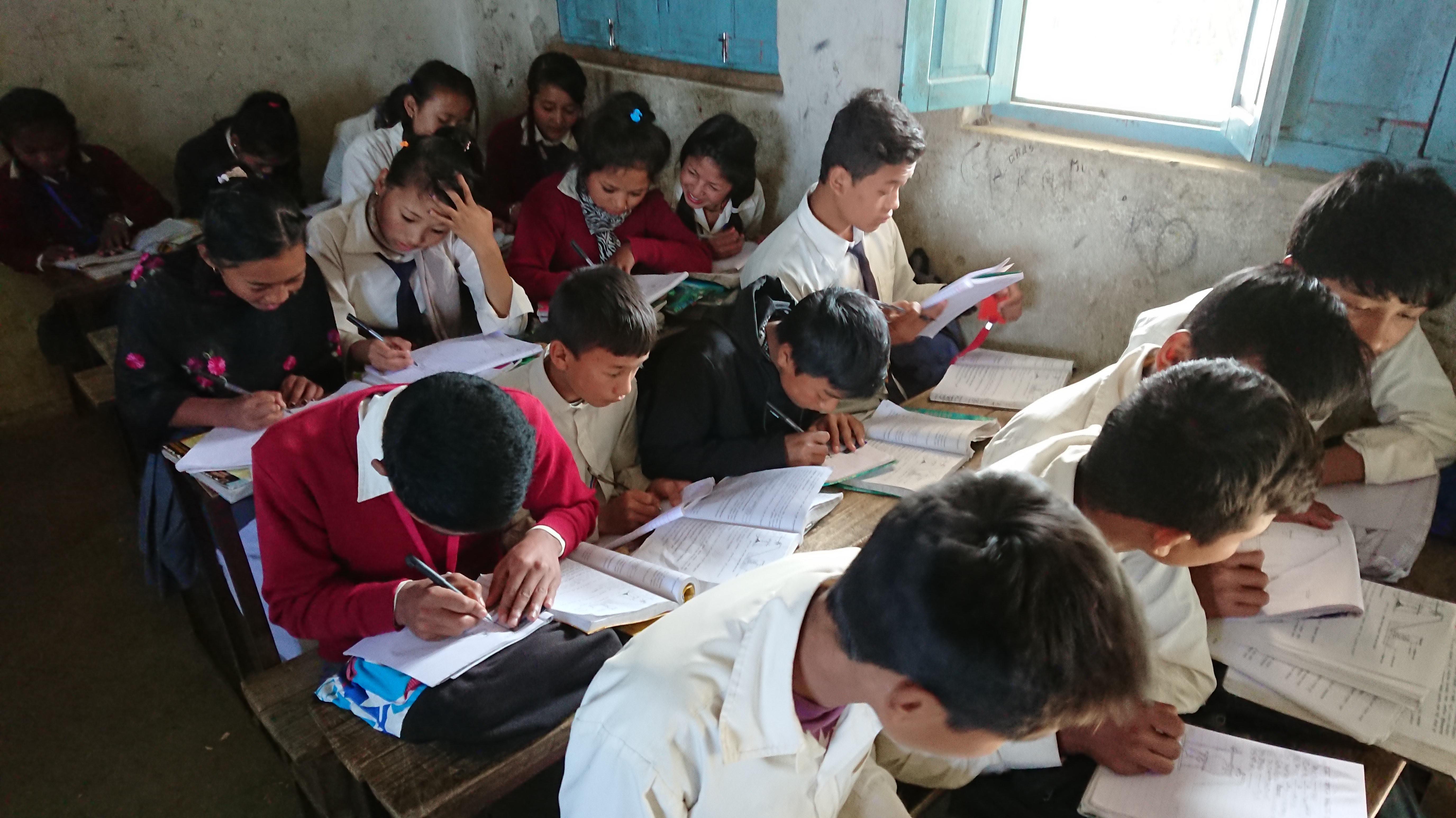 村の学校では教室に先生がこないことも