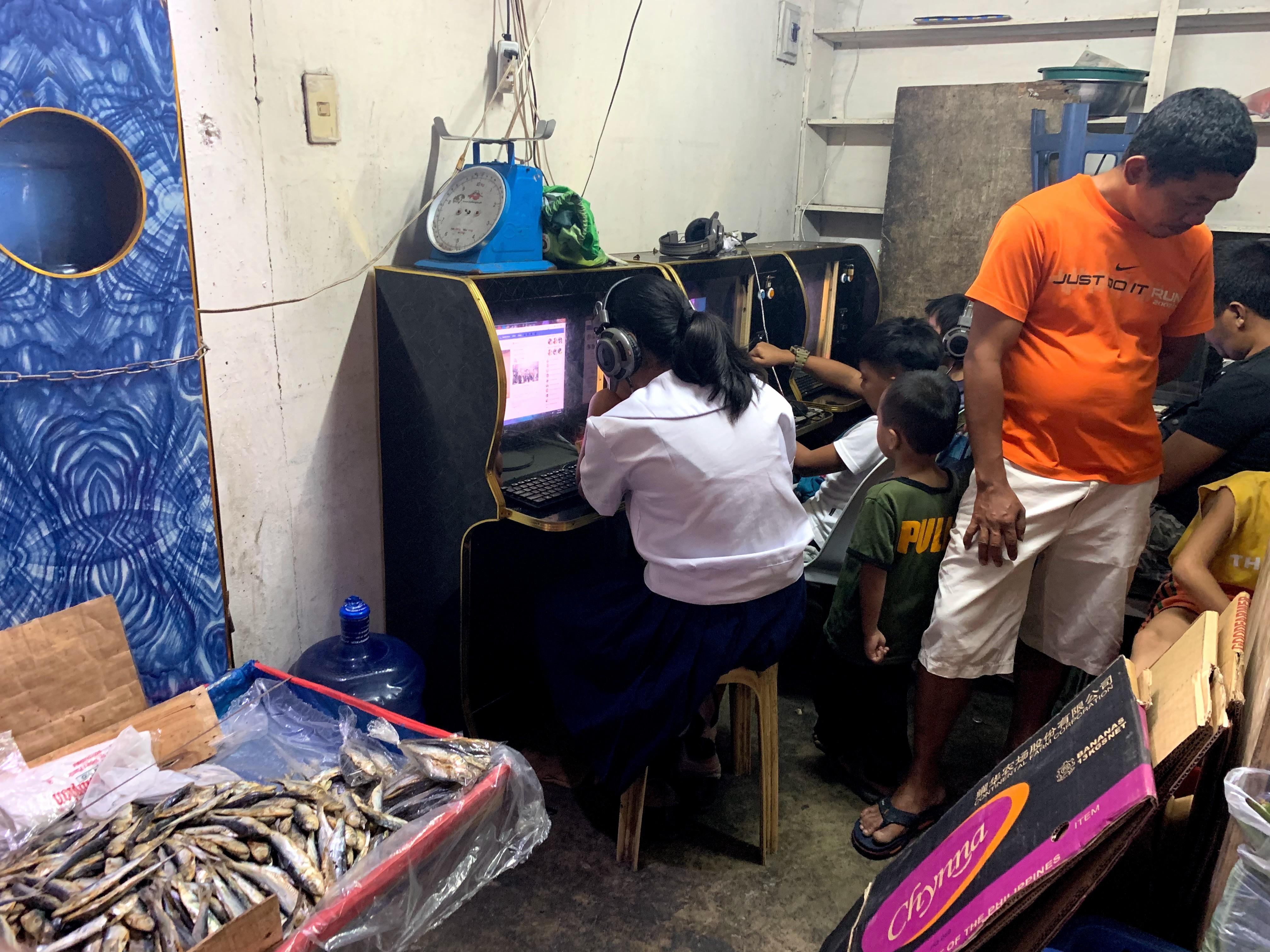 市場内にあるインターネットカフェ